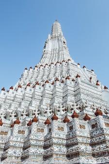 Пагода в ват арун ratchawararam ratchaworamahawihan или ват jaeng, бангкок, таиланд. красивый исторического города в храме буддизма.