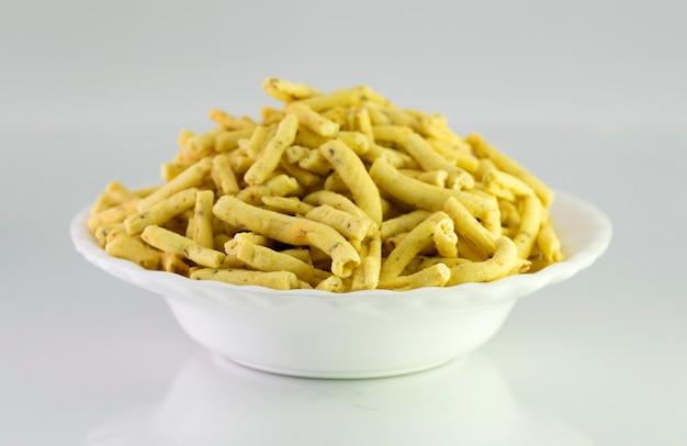 Ratlami sev:ひよこ豆のスナックとクローブのパンチ。