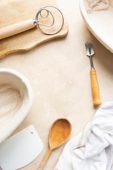 籐のバヌトン、サワードウパンのプルーフィングバスケット。ベーキング用品。自宅でパンを焼く基本セット。コピースペース