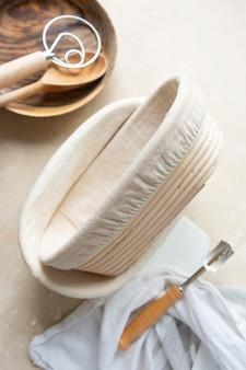 籐のバヌトン、サワードウパンのプルーフィングバスケット。ベーキング用品。自宅でパンを焼く基本セット。