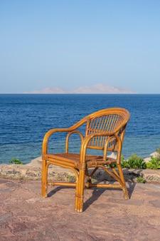 이집트 샤름 엘 셰이크의 바다 근처 열대 해변에 있는 등나무 의자. 여행과 자연 개념