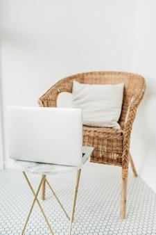 Стул из ротанга с подушкой и мраморным журнальным столиком на балконе с мозаичным полом