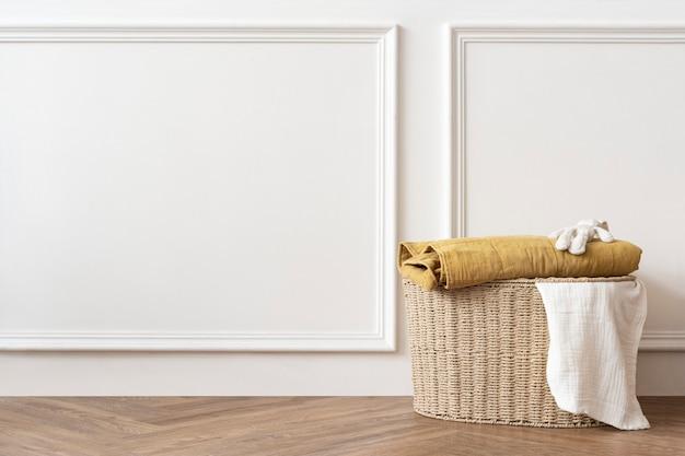 흰색 방에 있는 등나무 세탁 바구니