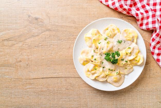 マッシュルームクリームソースとチーズのラビオリパスタ