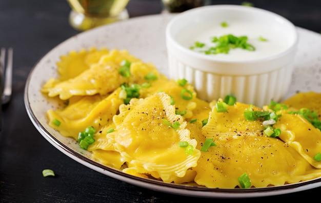 시금치와 리코 타 치즈를 곁들인 라비올리.