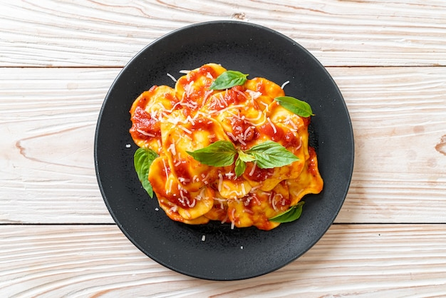 토마토 소스와 바질을 곁들인 라비올리-이탈리아 요리 스타일