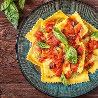 토마토 소스와 바질을 곁들인 라비올리