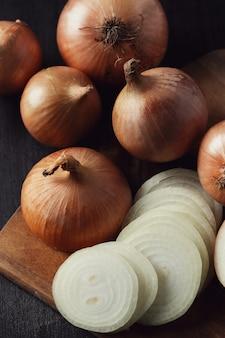 Сырой и нарезанный лук