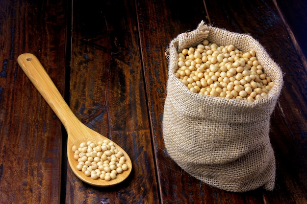 나무 테이블에 소박한 패브릭 가방에 원시와 신선한 콩