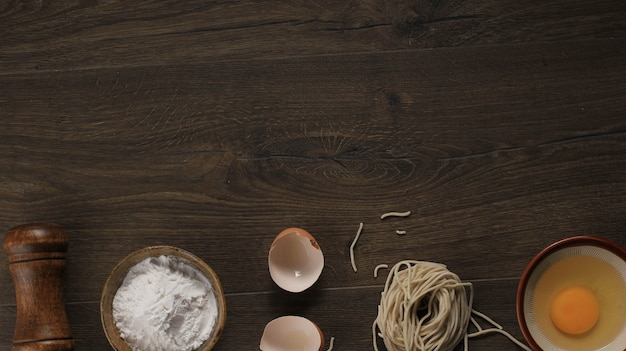 Сырая азиатская домашняя лапша с яйцами, солью, яичной скорлупой и мукой, место для обоев или фона