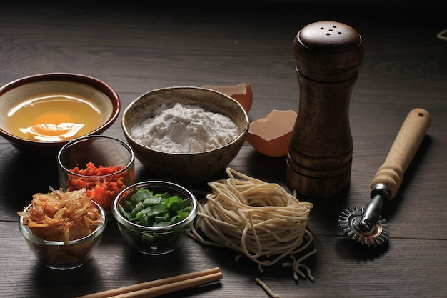 卵、塩、卵殻、小麦粉、壁紙や背景のコピースペースと生のアジアの自家製麺