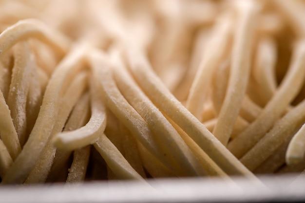 Текстура сырой азиатской лапши рамэн, яичная лапша или мие аям