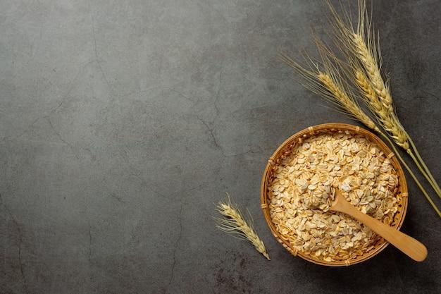 古い暗い背景の生大麦粒