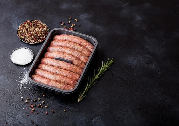 生の牛肉と豚肉のソーセージをプラスチック製のトレイに