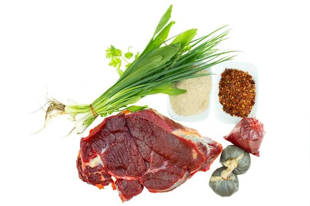 태국 음식 요리법을 위한 생 쇠고기와 향신료는 매운 다진 샐러드입니다