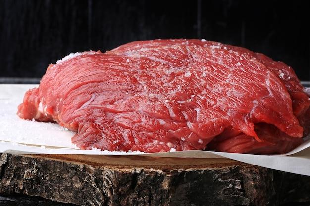 古い木製の背景に生の牛肉粗塩農場有機製品ヴィンテージレトロ