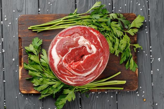 검은 나무 테이블에 원시 쇠고기 등심 스테이크