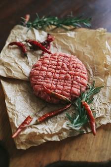 Tortini di hamburger di manzo crudo con erbe e spezie