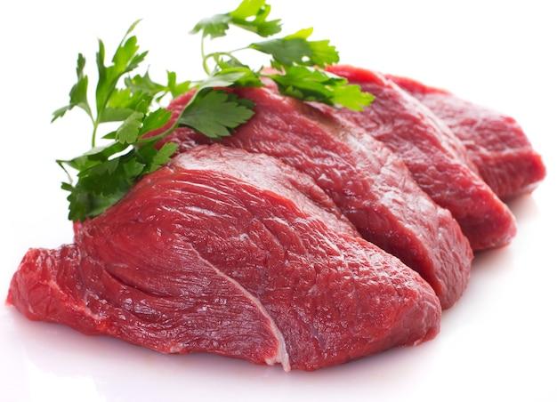 白い背景で隔離の生の牛肉