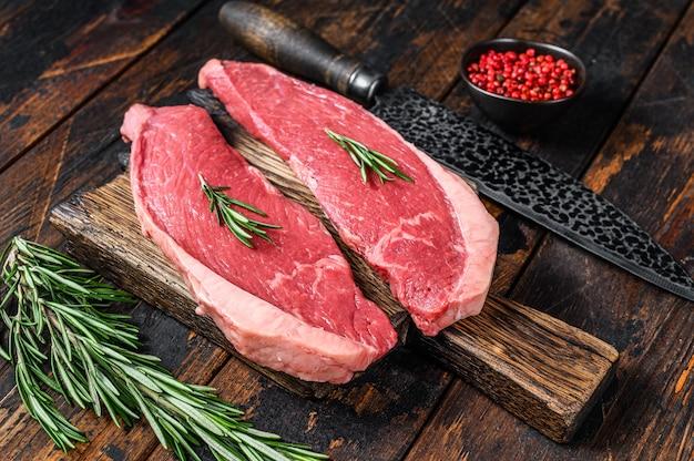 まな板に生の牛肉キャップサーロインステーキ