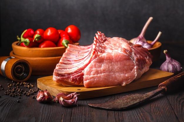 검은 슬레이트 배경에 원시 쇠고기 고기