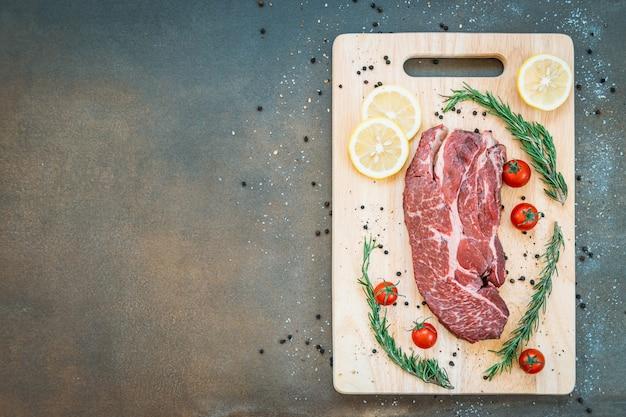 Сырое мясо говядины на разделочной доске