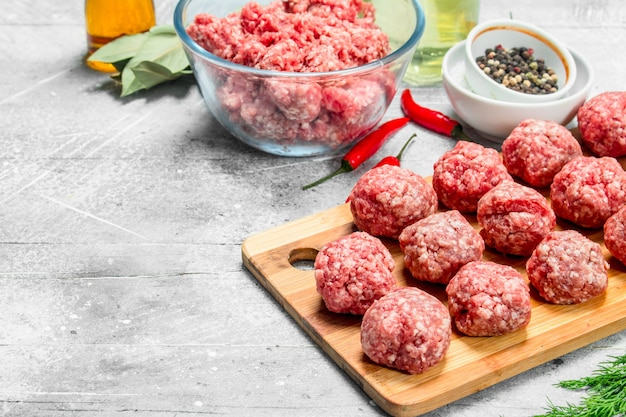 향신료와 향긋한 딜을 곁들인 생 쇠고기 미트볼. 소박한 배경.