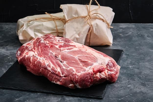 Сырая говяжья вырезка, поверхность серая, эко упаковка. доставка продукции, копии места.