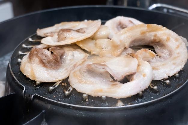바베큐 일본식 또는 야키니쿠를 위한 생고기 그릴