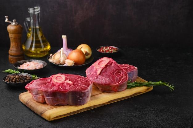 요리할 준비가 된 생 쇠고기 오소부코