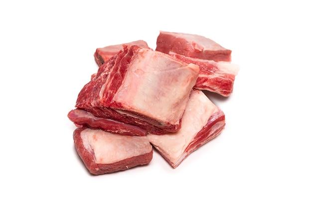 흰색 표면에 고립 된 원시 쇠고기 갈비입니다. 평면도.