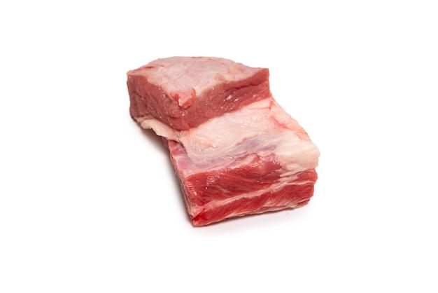 Сырые говяжьи ребра, изолированные на белой поверхности. вид сверху.