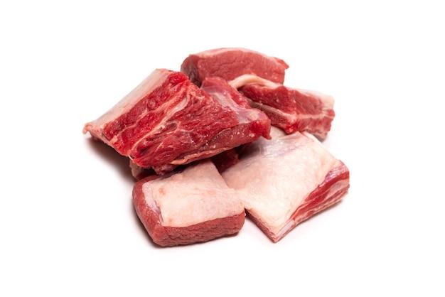 원시 쇠고기 갈비 흰색 표면에 고립입니다. 평면도.