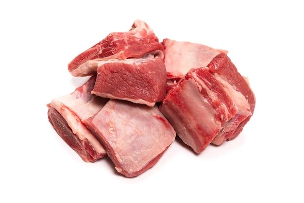 흰색 표면에 고립 된 원시 쇠고기 갈비