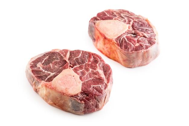 원시 쇠고기 정강이 흰색 배경에 고립입니다.