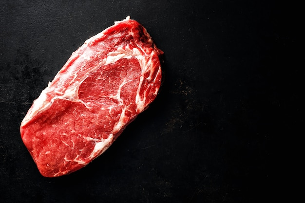 어두운 표면에 생 쇠고기 스테이크