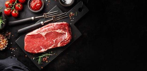 Сырой говяжий стейк на сковороде гриль
