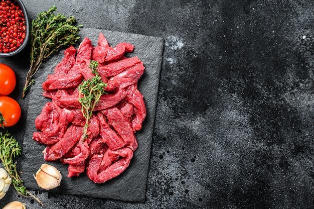 Сырое говяжье мясо строганова