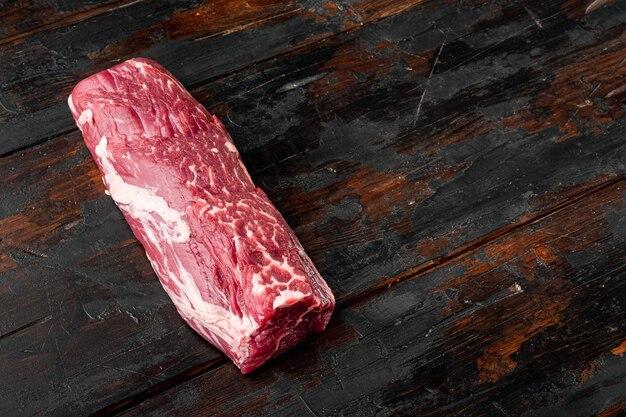 Сырые мясные стейки блэк ангус прайм, набор, вырезка из филе миньона, на старом темном деревянном столе