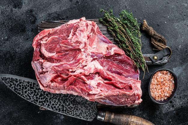 Сырое мясо ягненка без костей на деревянной разделочной доске