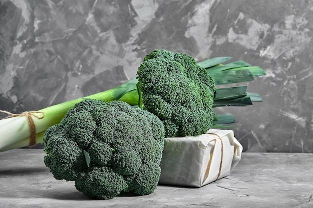 Сырая брокколи на конкретном фоне, крупным планом. здоровое питание, доставка еды