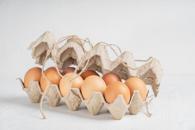 生の茶色の新鮮な鶏卵