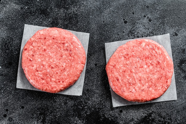 Сырые котлеты для бургеров, говяжий фарш