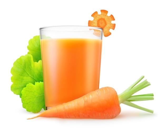 Сырая морковь и стакан морковного сока, изолированные на белом фоне