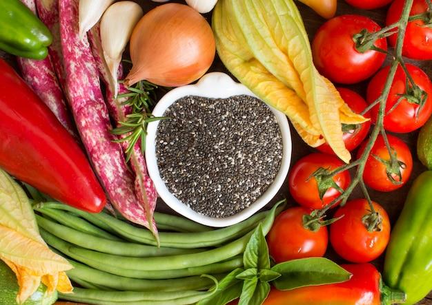 ボウルと野菜の上面に生チア種子