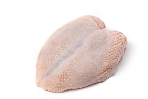 Сырое мясо филе куриной грудки с кожей, изолированные на белом фоне