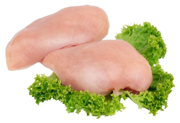 Сырые филе куриной грудки с салатом, изолированные на белом фоне.