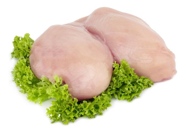 Сырое филе куриной грудки с изолированным салатом