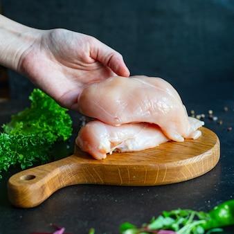 Сырое мясо куриной грудки на столе