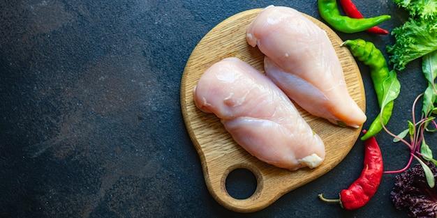 テーブルの上の生の鶏胸肉